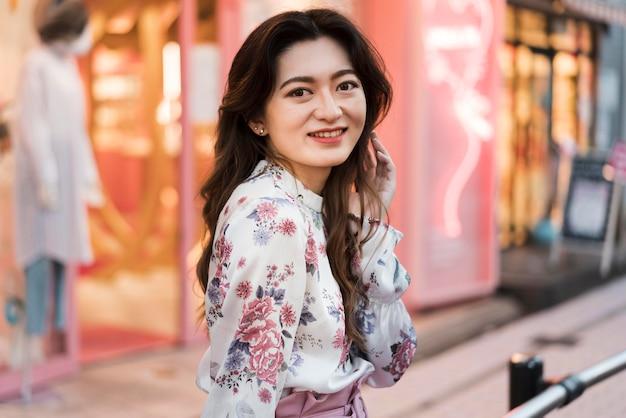 Vooraanzicht van schattig japans meisje in tokio