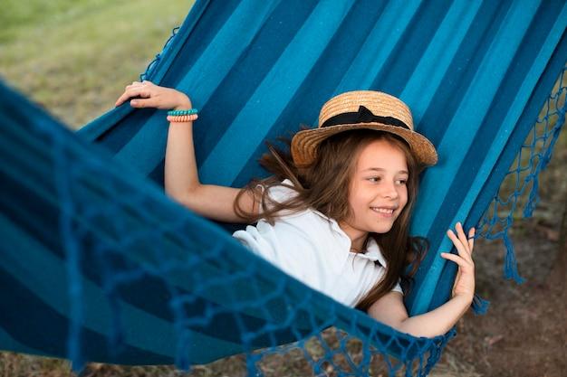Vooraanzicht van schattig meisje in hangmat