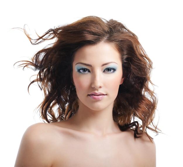 Vooraanzicht van schoonheid en vrouw met geblazen haren