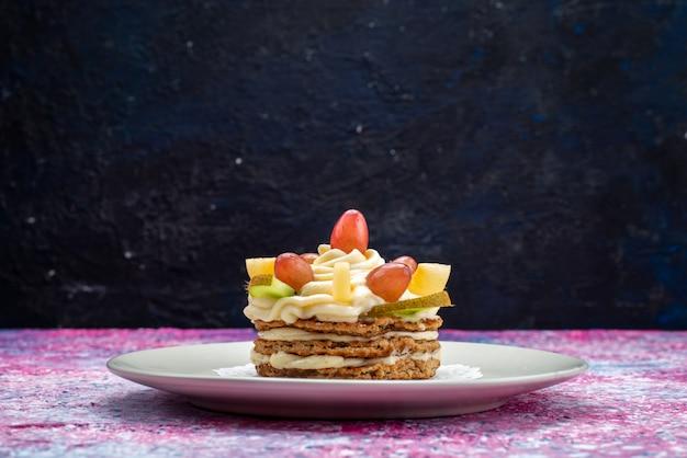 Vooraanzicht van slagroomtaart met vers fruit binnen plaat op het donkere bureau