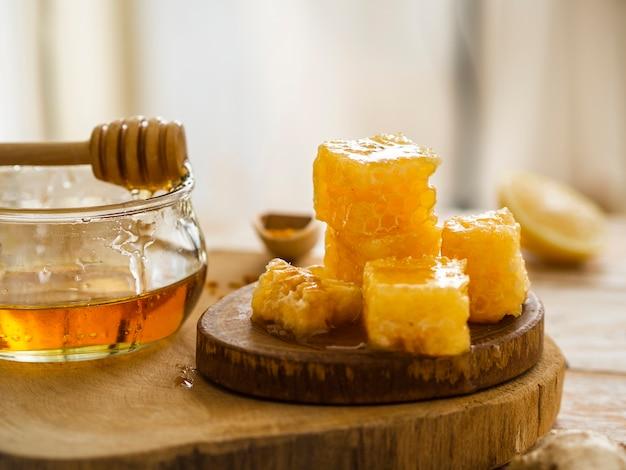 Vooraanzicht van smakelijke honingraten