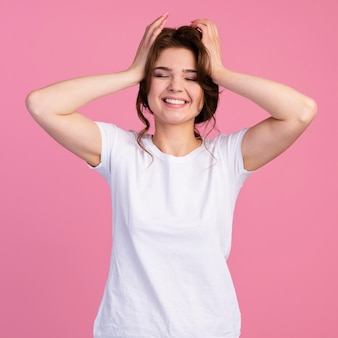 Vooraanzicht van smiley onbezorgde vrouw