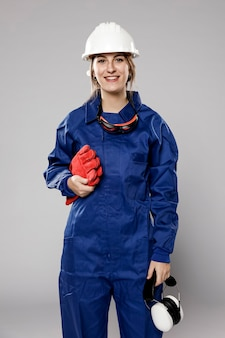 Vooraanzicht van smiley vrouwelijke bouwvakker