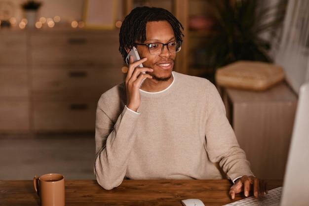 Vooraanzicht van smileymens die op smartphone thuis spreekt