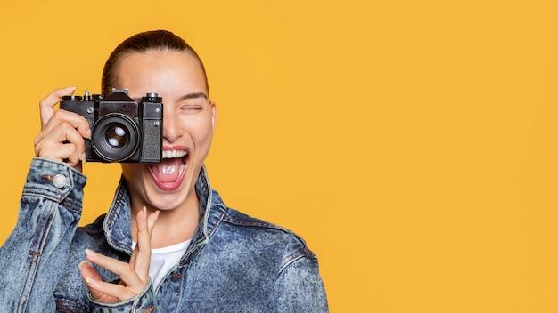 Vooraanzicht van smileyvrouw met camera