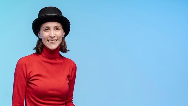Vooraanzicht van smileyvrouw met hoed en exemplaarruimte