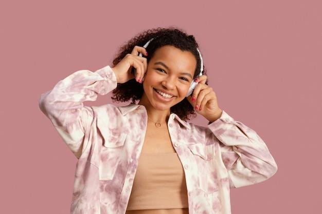 Vooraanzicht van smileyvrouw met hoofdtelefoons