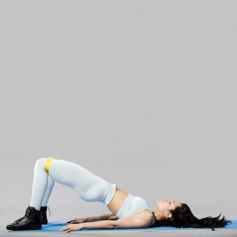 Vooraanzicht van sportieve vrouw die oefeningen doet