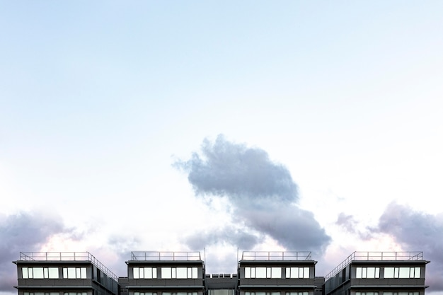Vooraanzicht van stadsbouw met hemel en exemplaarruimte