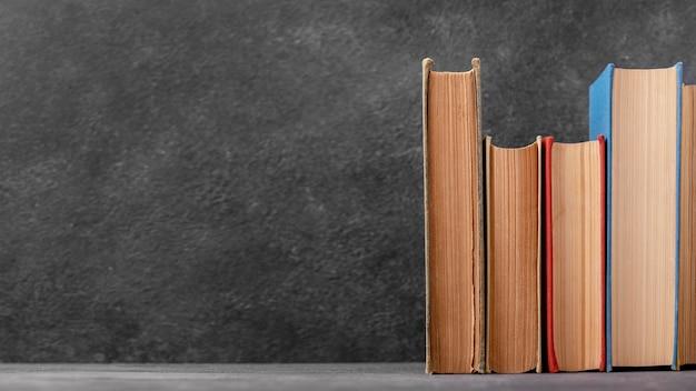 Vooraanzicht van stapel boeken met exemplaarruimte