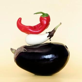 Vooraanzicht van stapel groenten met aubergine en spaanse peperpeper