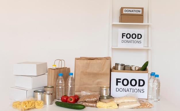 Vooraanzicht van tassen en dozen met voedseldonaties
