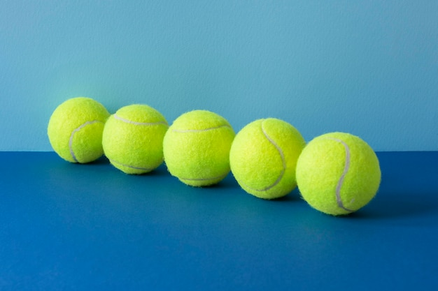 Vooraanzicht van tennisballen in lijn