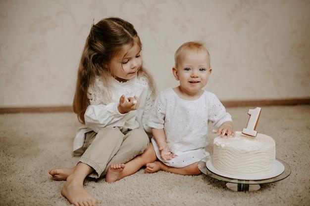 Vooraanzicht van twee zussen die een taart proeven