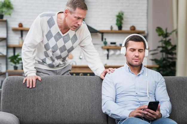 Vooraanzicht van vader die met zijn zoon spreekt