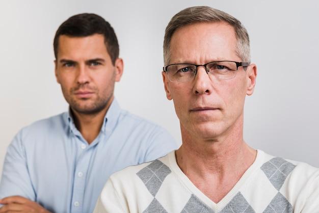 Vooraanzicht van vader en zoon achteraan