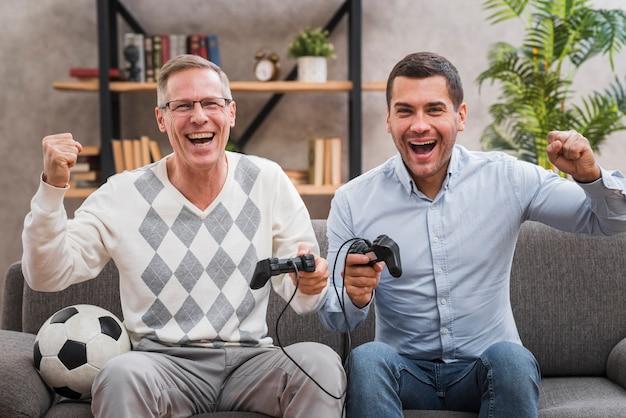 Vooraanzicht van vader en zoon plezier tijdens het spelen