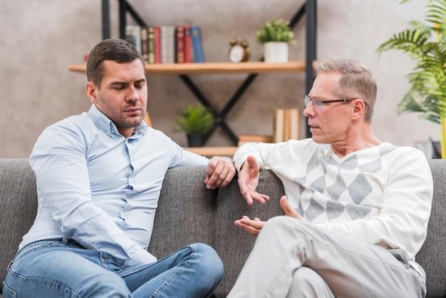 Vooraanzicht van vader en zoon praten