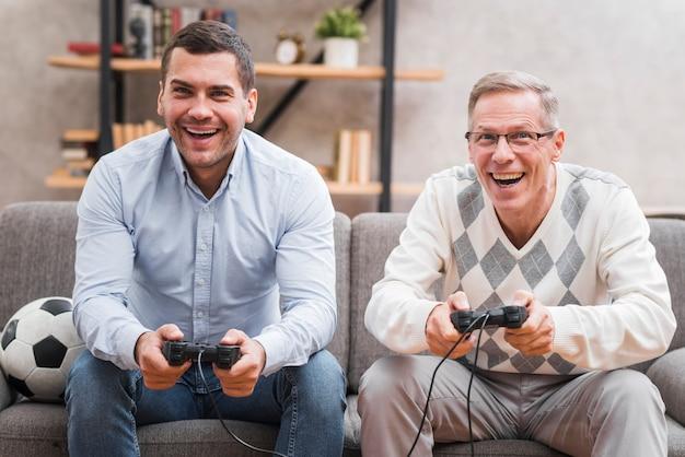 Vooraanzicht van vader en zoon spelen