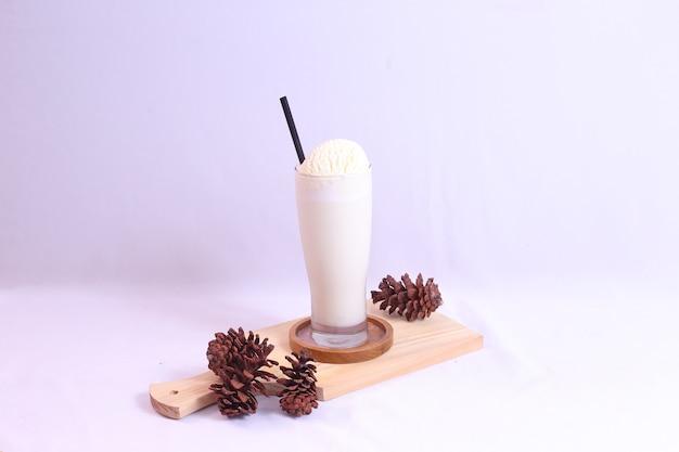 Vooraanzicht van vanille-ijs in een lang geïsoleerd glas