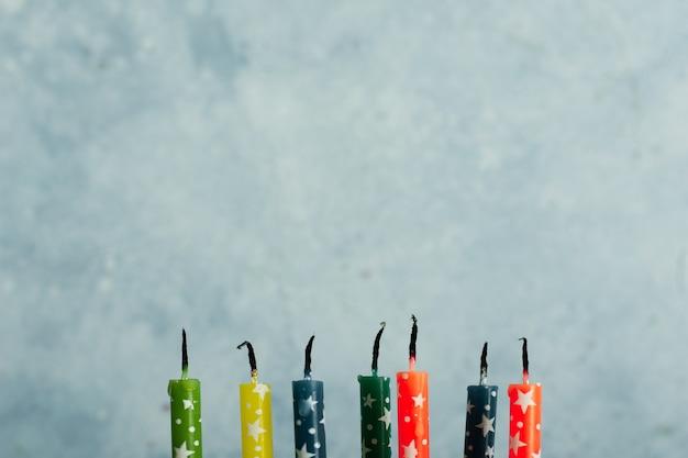Vooraanzicht van veelkleurige kaarsen