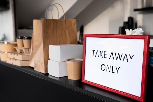 Vooraanzicht van verpakt voedsel met bord voor alleen afhaalmaaltijden Gratis Foto