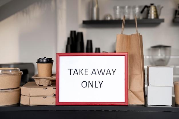 Vooraanzicht van verpakt voedsel met bord voor alleen afhaalmaaltijden