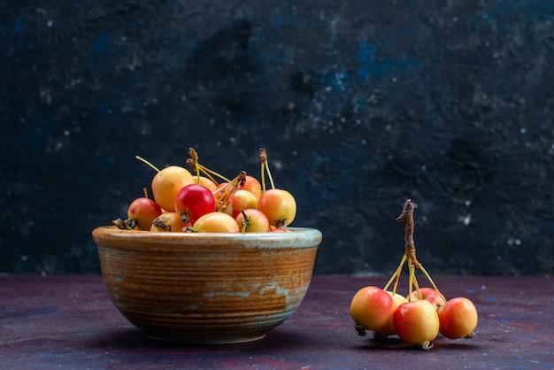 Vooraanzicht van vers fruit pruimen binnen plaat op het donkere oppervlak