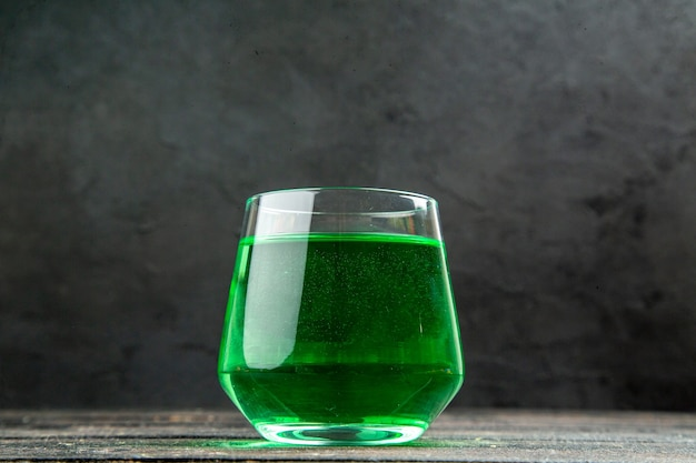 Vooraanzicht van vers natuurlijk heerlijk sap in een glas op zwarte achtergrond