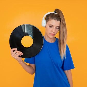 Vooraanzicht van vinyl en vrouw