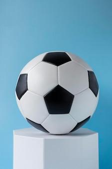 Vooraanzicht van voetbal en zeshoekige vorm