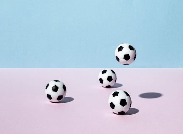 Vooraanzicht van voetballen die rond stuiteren