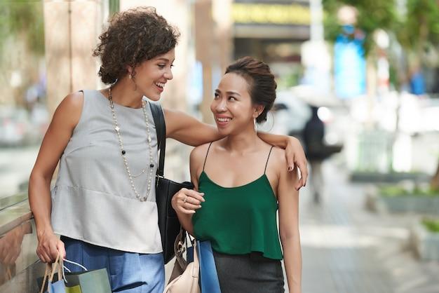 Vooraanzicht van vrienden die samen in stad lopen