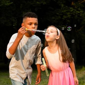 Vooraanzicht van vrienden die zeepbellen maken