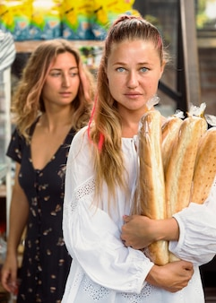 Vooraanzicht van vriendinnen die brood baguettes houden