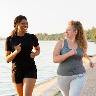 Vooraanzicht van vriendinnen samen joggen