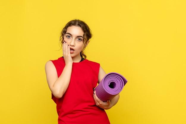 Vooraanzicht van vrij vrouwelijk bedrijf paars tapijt op geel