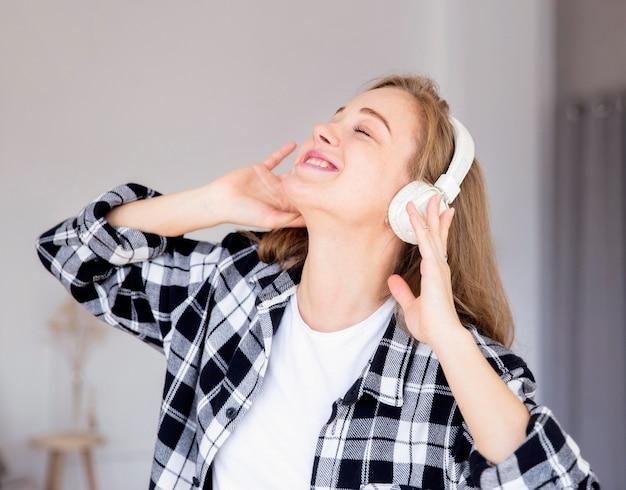Vooraanzicht van vrouw die aan muziek luistert