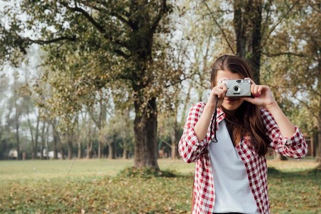 Vooraanzicht van vrouw die een foto neemt