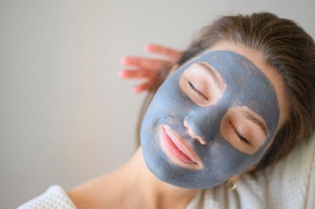 Vooraanzicht van vrouw die gezichtsmasker draagt
