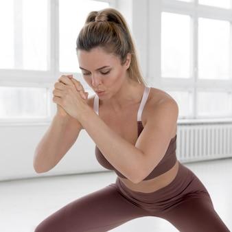 Vooraanzicht van vrouw die oefeningen doet