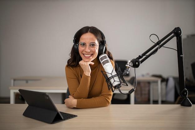 Vooraanzicht van vrouw die op radio uitzendt