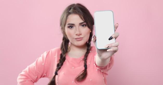 Vooraanzicht van vrouw die telefoon steunt