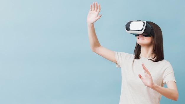 Vooraanzicht van vrouw die virtuele werkelijkheid ervaart