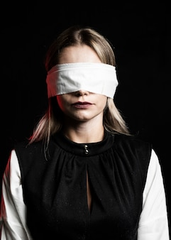 Vooraanzicht van vrouw die witte blinddoek draagt