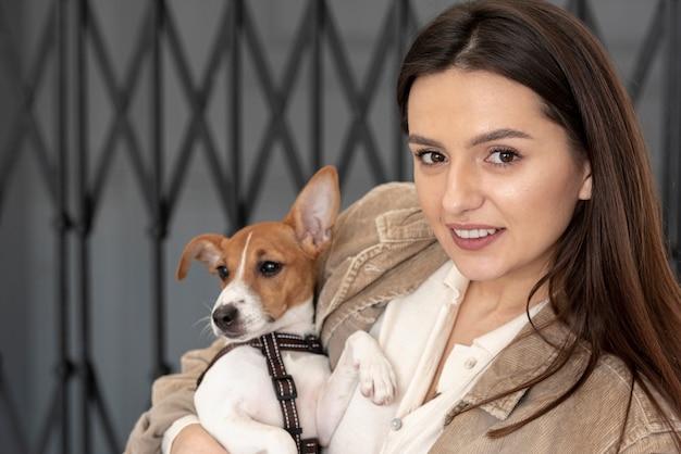 Vooraanzicht van vrouw het stellen met haar hond