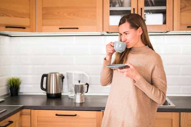 Vooraanzicht van vrouw koffie drinken