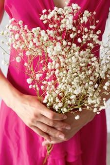 Vooraanzicht van vrouw met boeket bloemen