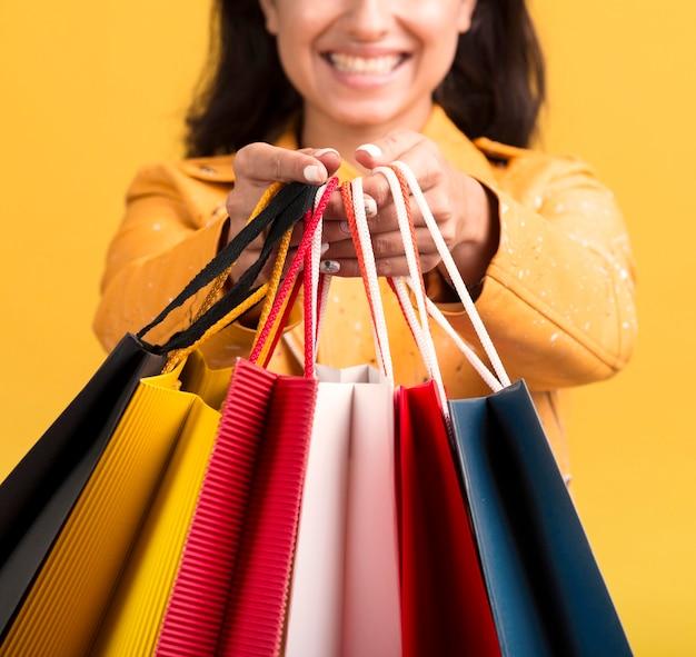 Vooraanzicht van vrouw met boodschappentas concept