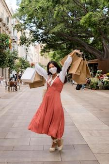 Vooraanzicht van vrouw met boodschappentassen concept